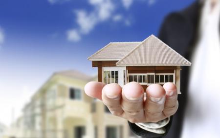 """<h5><strong><span style=""""color: #c6a664;"""">AGENZIE IMMOBILIARI</span></strong></h5>L'agenzia che stavi cercando, l'agenzia che saprà offrirti il servizio e il prodotto di qualità. La casa,la villa , il capannone o l'ufficio nella tua città in Italia o all'estero. Vendere o affittare con la miglior agenzia. Senza brutte sorprese . Affidati a professionisti.<strong><span style=""""color: #c6a664;""""> Scopri Tutto»</span></strong>"""